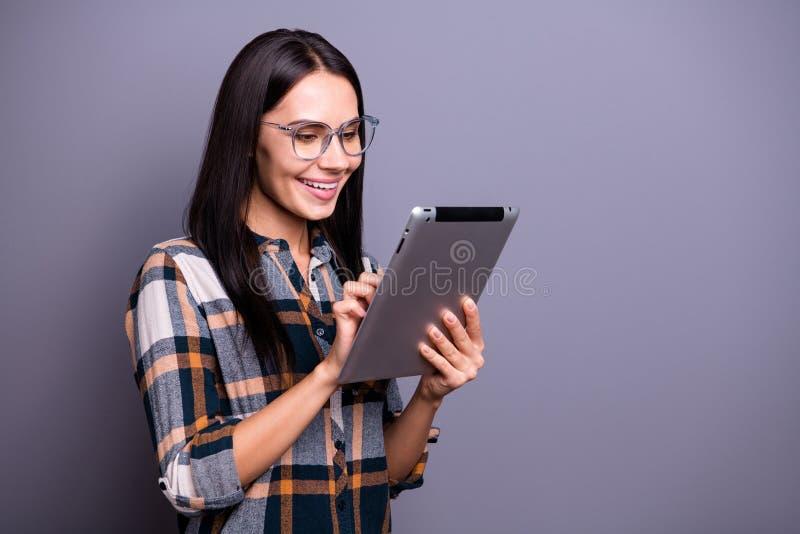 Fim acima da foto lateral do perfil bonita sua senhora guarda o e-leitor que dos braços de mãos os olhos inteligentes olham o dis imagens de stock