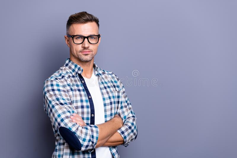 Fim acima da foto lateral do perfil inteligente ele seus braços do indivíduo cruzou o sorriso restrito seguro do gerente não pres fotos de stock