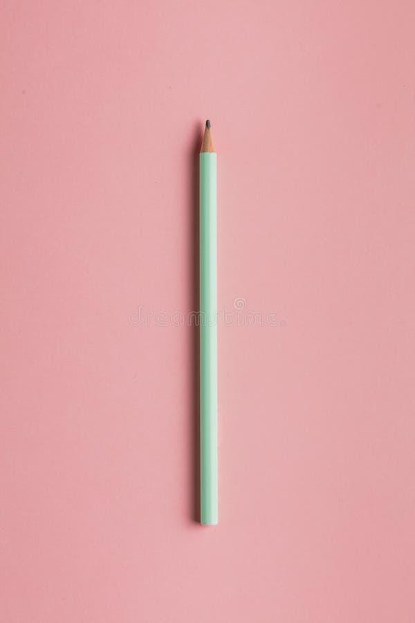 Fim acima da foto da vista superior de um lápis de madeira isolado no fundo cor-de-rosa foto de stock royalty free