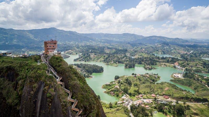 Fim acima da ideia aérea do zangão do ³ n de Peñà de Guatapé em Colômbia foto de stock