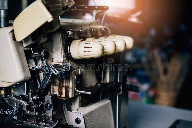 Fim acima da máquina de costura clássica retro velha na madeira Tom do vintage foto de stock royalty free