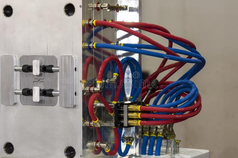 Fim acima da mangueira do sistema de refrigeração ou da água da modelagem por injeção plástica para o processo de manufatura da p foto de stock