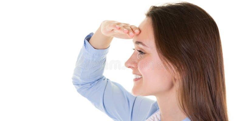 Fim acima da menina nova do adolescente no fundo branco que olha longe com mão para olhar algo no molde da bandeira da Web imagem de stock royalty free