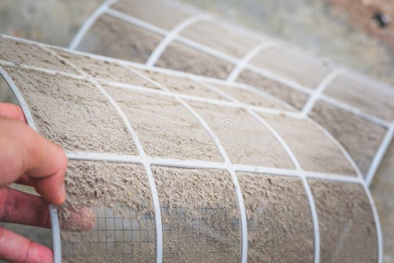 Fim acima da poeira suja no filtro do condicionador de ar, limpando ou mudando o filtro no condicionamento de ar para saudável s foto de stock