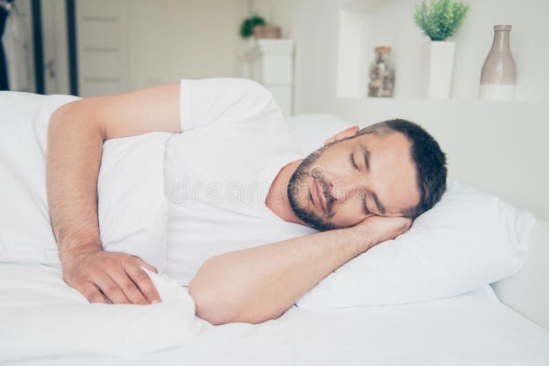 Fim acima da queda lateral da foto do perfil adormecida ele seus olhos diários atrativos do sonho de domingo sábado das férias do imagens de stock royalty free