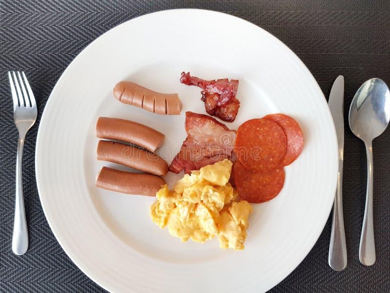 Fim acima da refeição da manhã do bufete do café da manhã do hotel, da carne de porco fritada, da salsicha, do presunto e dos ovo imagens de stock