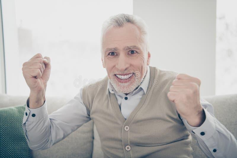 Fim acima da surpresa da foto funky ele seu homem envelhecido para observar as mãos de braços atléticas da realização do jogo de  fotografia de stock