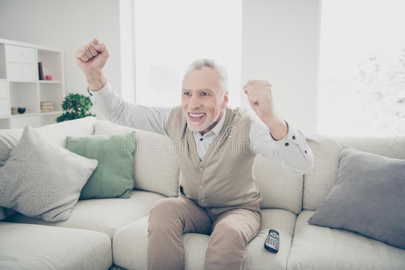 Fim acima da surpresa da foto funky ele seu homem envelhecido para observar as mãos de braços da realização do jogo de fósforo do imagens de stock royalty free