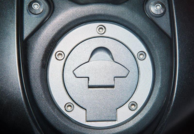 Fim acima da tampa do depósito de gasolina, tampão do combustível da motocicleta imagem de stock