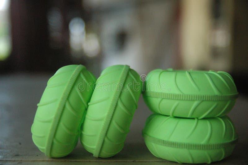 Fim acima da textura verde do detalhe do fundo do borrão dos brinquedos de controle remoto do pneu imagens de stock