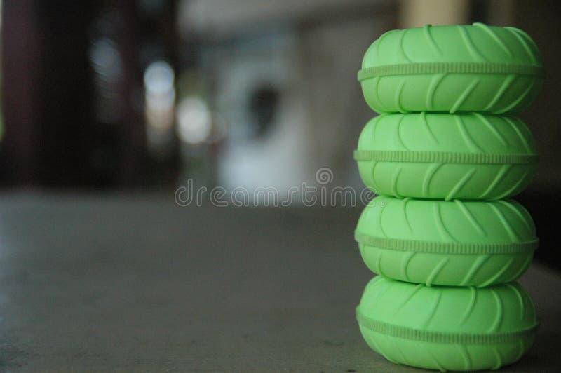 Fim acima da textura verde do detalhe do fundo do borrão dos brinquedos de controle remoto do pneu imagem de stock