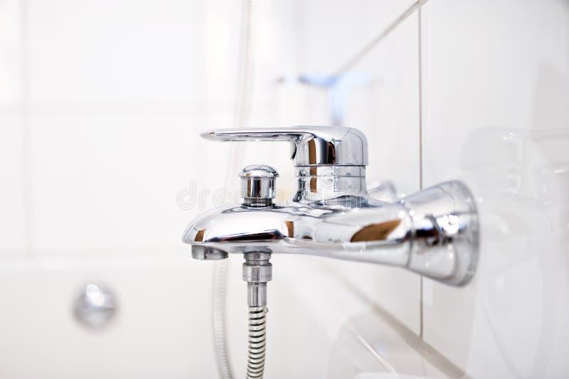Fim acima da torneira luxuosa do banheiro com chuveiro fotos de stock royalty free