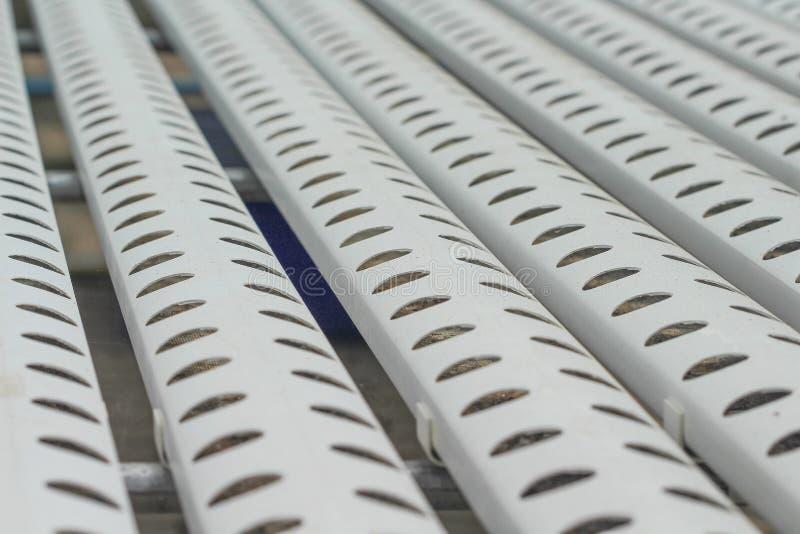 Fim acima da tubulação de aço branca com testes padrões de furo na hidroponia que planta o sistema imagem de stock