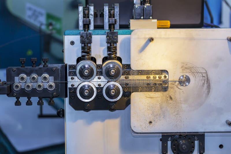 Fim acima da unidade da alimentação do rolo de máquina de dobra automática do fio de aço da elevada precisão para industrial na f imagem de stock royalty free
