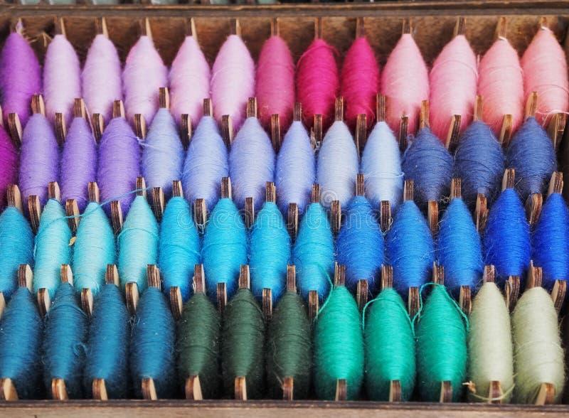 Fim acima da violeta colorida do fundo da textura do fio, magenta, roxo, turquesa, cor-de-rosa, azul, verde, ets bobinado na bola imagem de stock