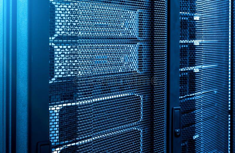 Fim acima das cremalheiras do servidor no fundo azul de néon moderno do tom do centro de dados foto de stock