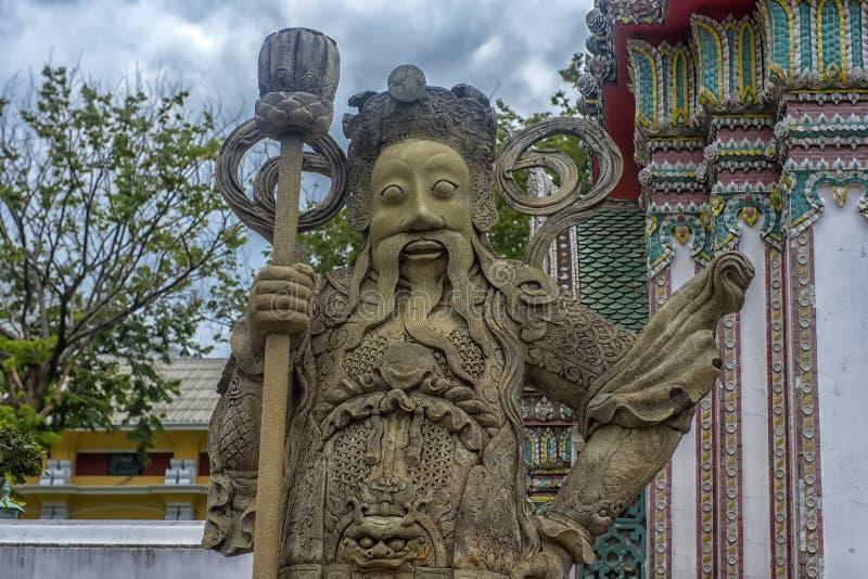 Fim acima das estátuas chinesas antigas da pedra do guerreiro no wat Pho o templo em Banguecoque, Tailândia imagem de stock