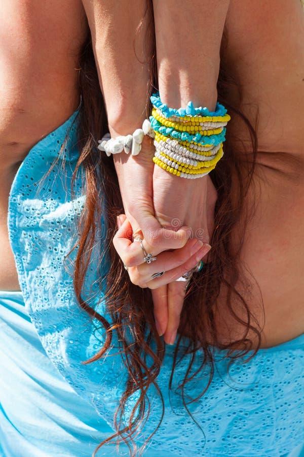 Fim acima das mãos da mulher com anéis e braceletes no gesto do mudra da ioga atrás da vista traseira principal fotos de stock
