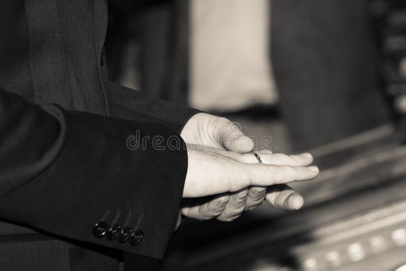 Download Mãos Do Homem Da Elegância Com Aliança De Casamento Foto de Stock - Imagem de mãos, elegante: 29842622