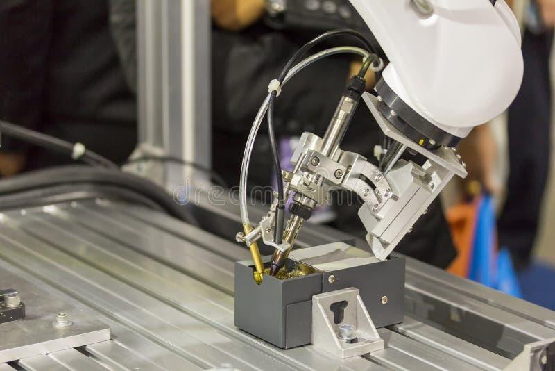 Fim acima das pontas de limpeza do ferro de solda do processo do sistema robótico para o ponto automático que solda para impresso foto de stock