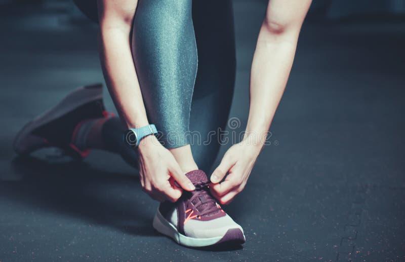 Fim acima de amarrar o laço de sapatas do esporte foto de stock royalty free