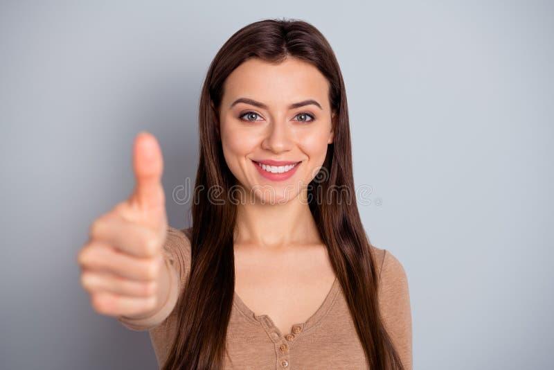 Fim acima de atrativo bonito da foto sua aparência da senhora consideravelmente aumentou o polegar acima de recomendar bem-feito  fotos de stock royalty free