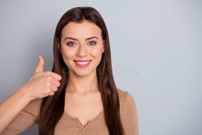 Fim acima de atrativo bonito da foto sua aparência da senhora consideravelmente aumentou o polegar acima de recomendar trabalho d foto de stock royalty free