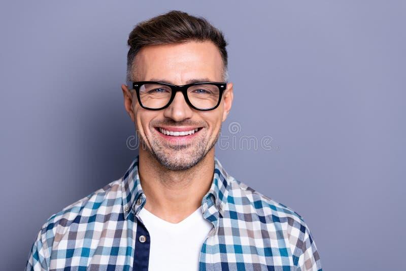 Fim acima de atrativo considerável da foto ele ele seu do indivíduo do gerente da pessoa sorriso engraçado bonito seguro intelige imagens de stock