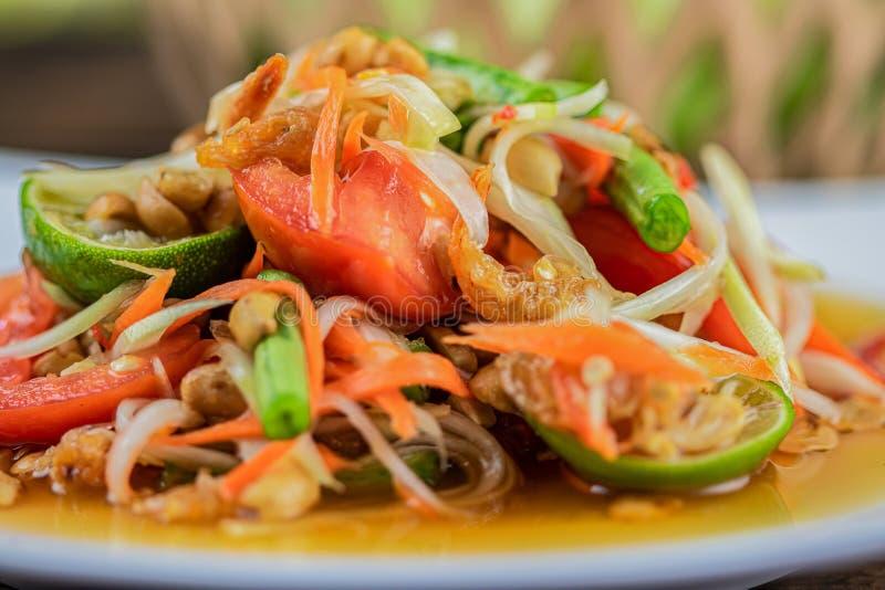 Fim acima de Somtum Salada verde picante tailandesa da papaia imagem de stock