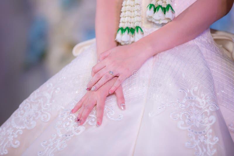 Fim acima do anel de diamante da mostra da mão da noiva na cerimônia de casamento imagem de stock royalty free