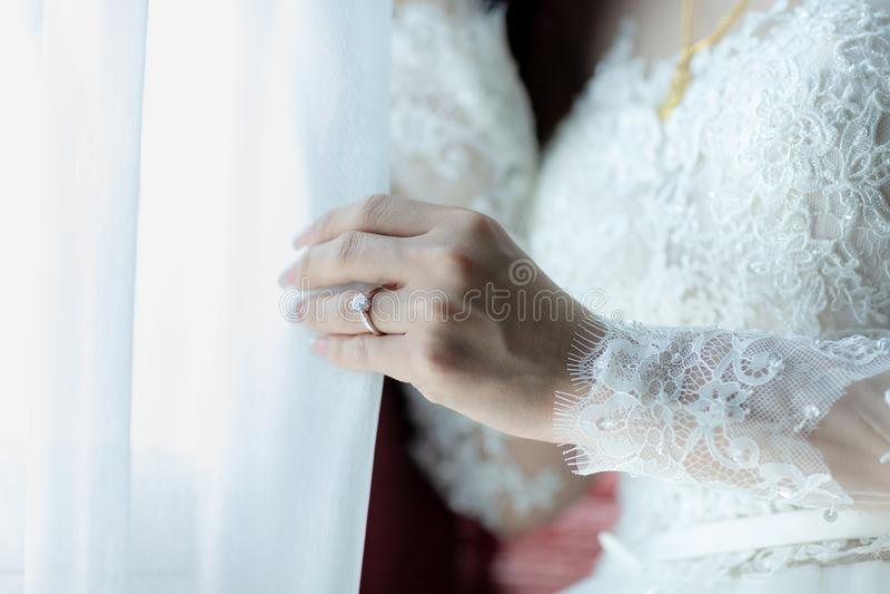 Fim acima do anel de diamante da mostra da m?o da noiva na cerim?nia de casamento fotos de stock royalty free