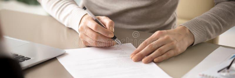 Fim acima do assento fêmea no contrato de assinatura da pena de terra arrendada da tabela fotografia de stock royalty free