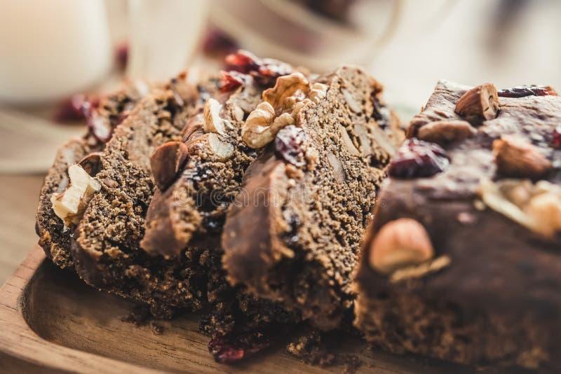 Fim acima do baixo bolo caseiro delicioso cortado dos frutos secos do açúcar fotos de stock royalty free