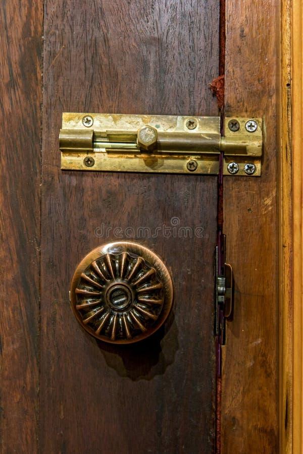 Fim acima do botão de porta decorativo velho com trava fotografia de stock royalty free