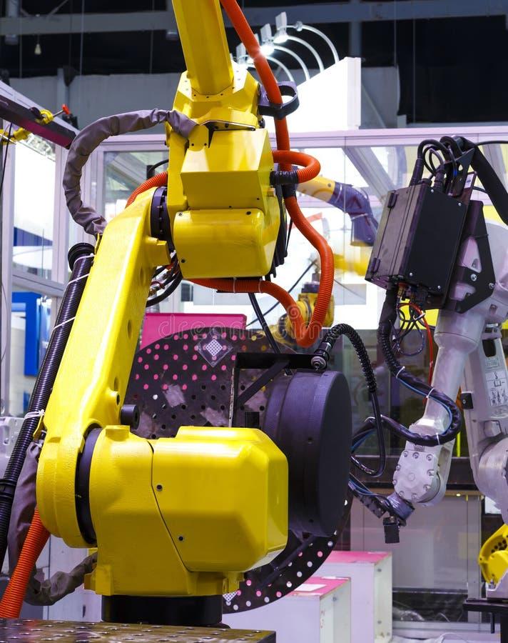 Fim acima do braço robótico industrial com fios fotografia de stock royalty free