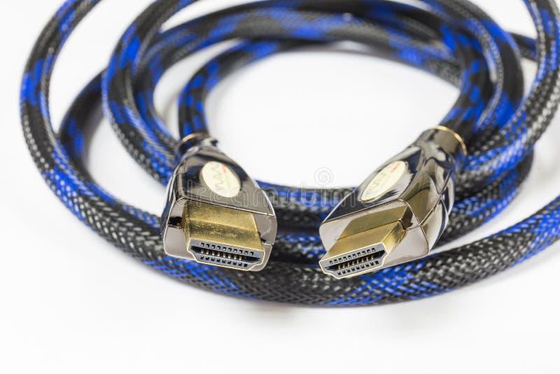 Fim acima do cabo superior de HDMI com eficácia dourada do aumento do metal foto de stock