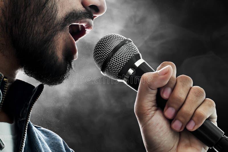 Fim acima do cantor que canta com microfone imagem de stock