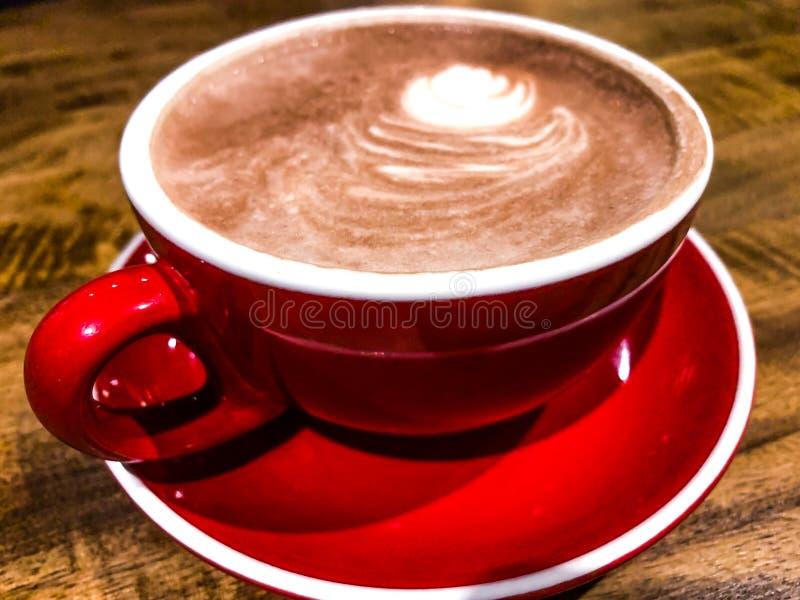Fim acima do chocolate quente com no copo vermelho imagens de stock