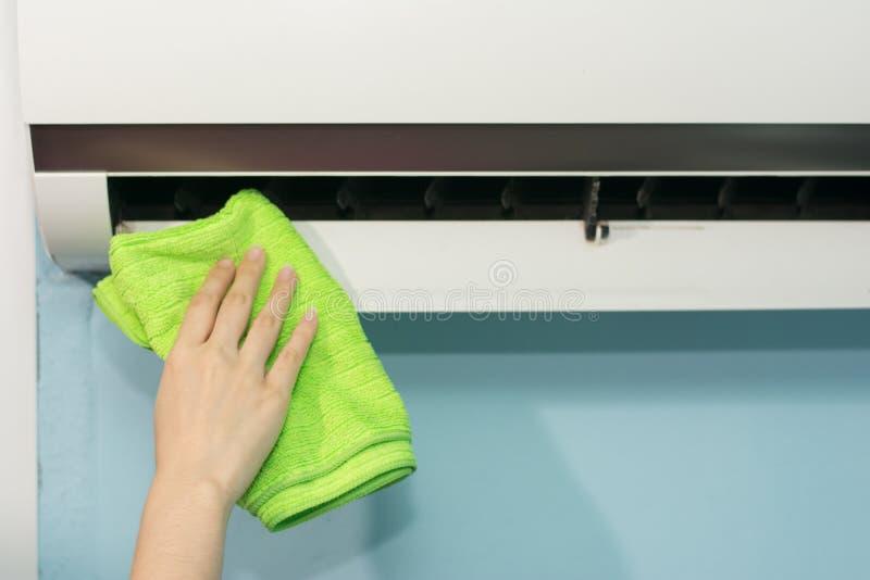 Fim acima do condicionador de ar da limpeza da m?o da mulher fotografia de stock royalty free
