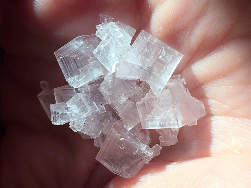 Fim acima do cristal cor-de-rosa Himalaia de sal no fundo natural imagens de stock royalty free