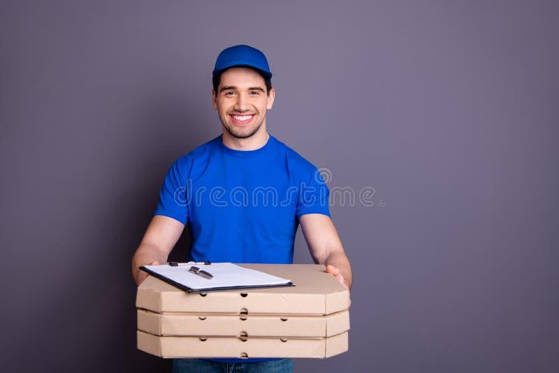 Fim acima do especialista expresso da velocidade da foto ele seus braços da posse do menino de entrega parcela caixas propõe a li foto de stock royalty free