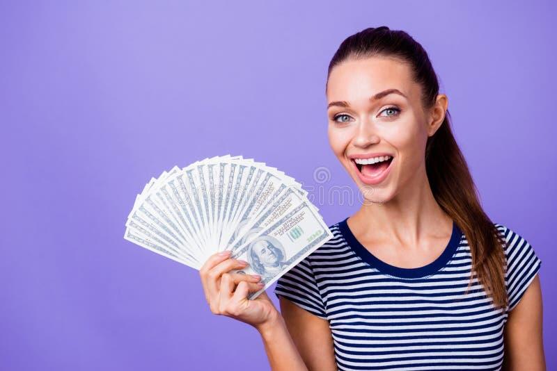 Fim acima do grito surpreendido na moda à moda bonito do grito do casino da vitória da mão da posse do adolescente do moderno da  fotografia de stock royalty free