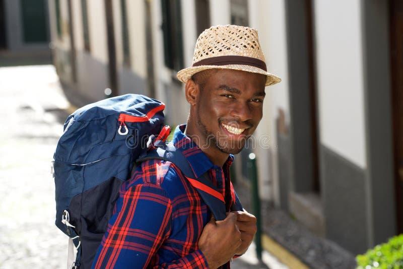 Fim acima do homem afro-americano de sorriso com parte traseira na cidade imagens de stock