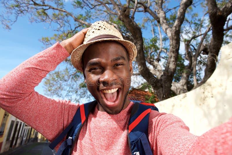 Fim acima do homem afro-americano feliz do curso que toma o selfie fotos de stock