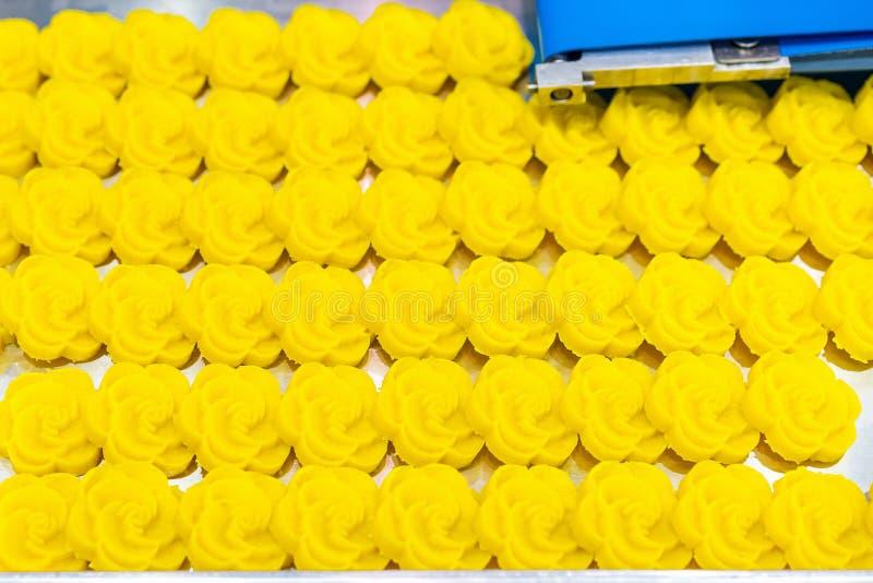 Fim acima do naco da massa do feijão após a imprensa que forma para Ásia ou doces tailandeses na bandeja do transporte de correia imagens de stock