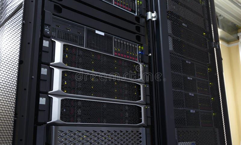Fim acima do painel do sistema do armazenamento da nuvem moderno com discos rígidos fotografia de stock