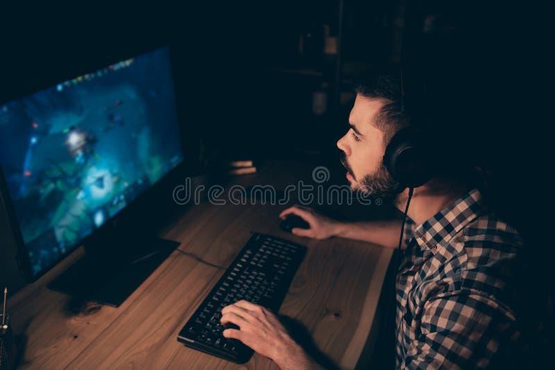 Fim acima do profissional atento da foto lateral do perfil ele ele seu bate-papo do competiam do videogame do jogo do indivíduo p imagem de stock