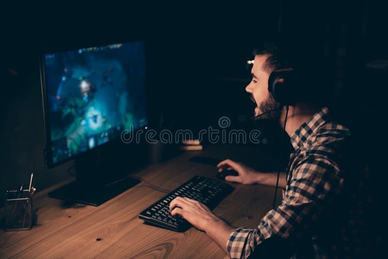 Fim acima do profissional lateral da foto do perfil ele ele seu bate-papo do competiam do videogame do jogo do indivíduo para com imagens de stock royalty free