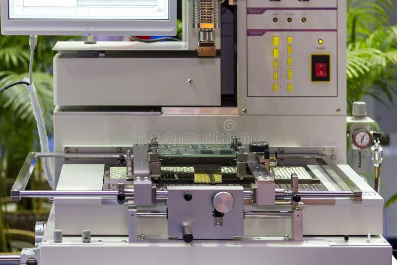 Fim acima do PWB da placa de circuito da cópia no gabarito da tabela da picareta do placer de IC e da máquina automáticas do luga imagens de stock