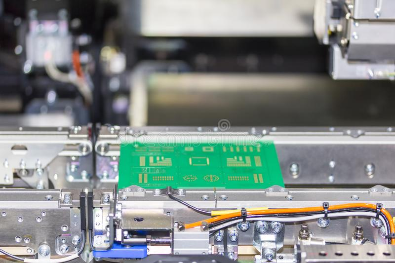Fim acima do PWB da placa de circuito da cópia no transporte da picareta do diodo emissor de luz SMT do PWB e da máquina automáti foto de stock